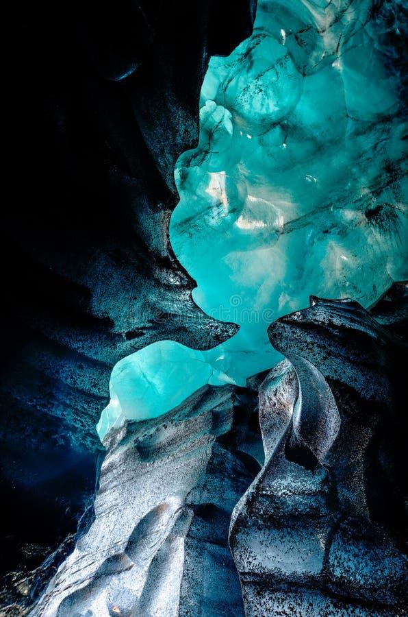 Eishöhle aus blauem Kristall, unterirdisch unter dem Gletscher Islands stockfotos