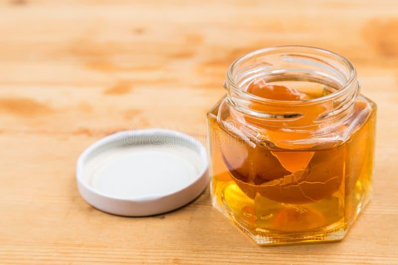 Eishell doorweekte in de azijn van de appelcider als huisremedie om jeukerige huid te verlichten royalty-vrije stock fotografie