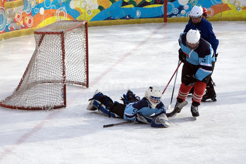 Eishockey-Torhüterspieler auf Ziel in Aktionrussland Berezniki 18 am 13. März 20 lizenzfreie stockbilder