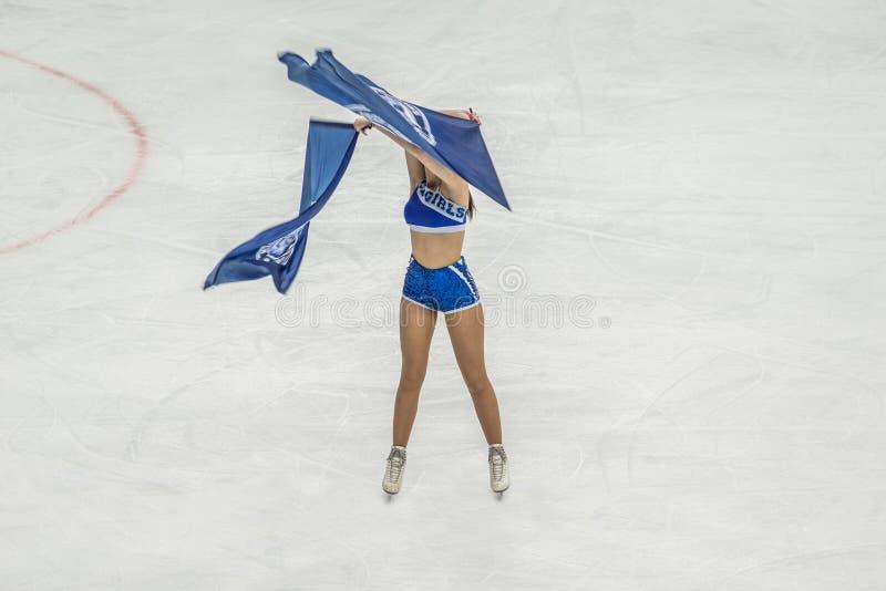 Eishockeycheerleader mit Flaggen lizenzfreies stockfoto