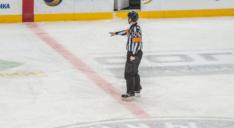Eishockeyschiedsrichter, der Entscheidung zeigt stockbilder