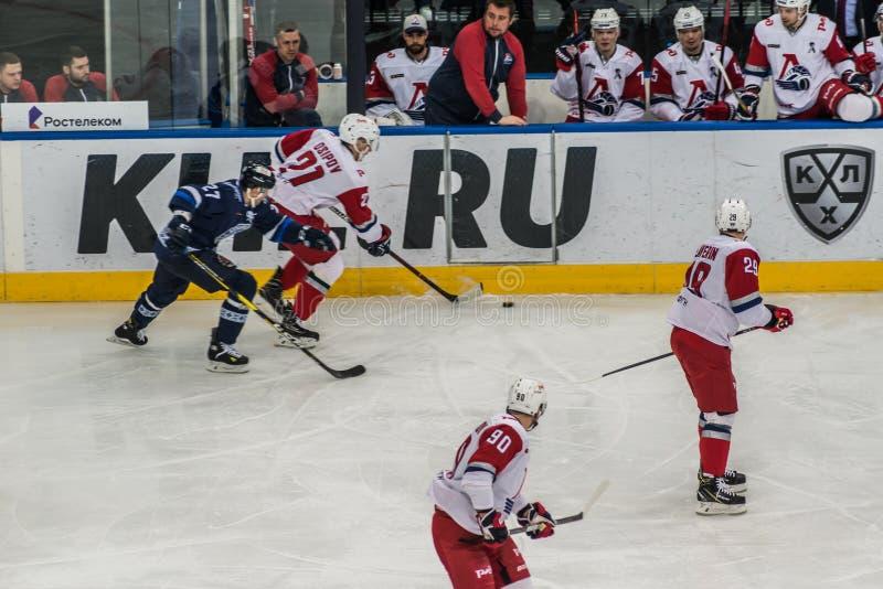 Eishockeyspiel, Spieler in der Aktion nahe der Bank stockfotografie