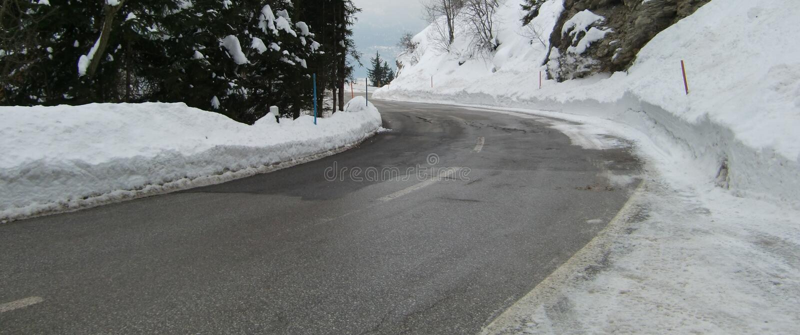 Eisige Straße in der Winterszene