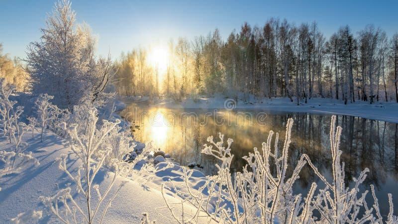 Eisige Wintermorgenlandschaft mit Nebel- und Waldfluß, Russland, Ural stockfotografie