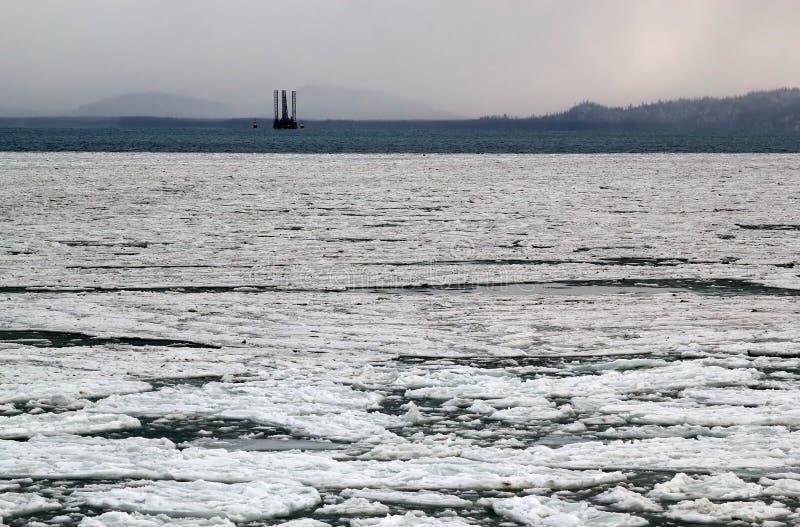 Eisiger Schacht mit Hubinselanlage stockfoto