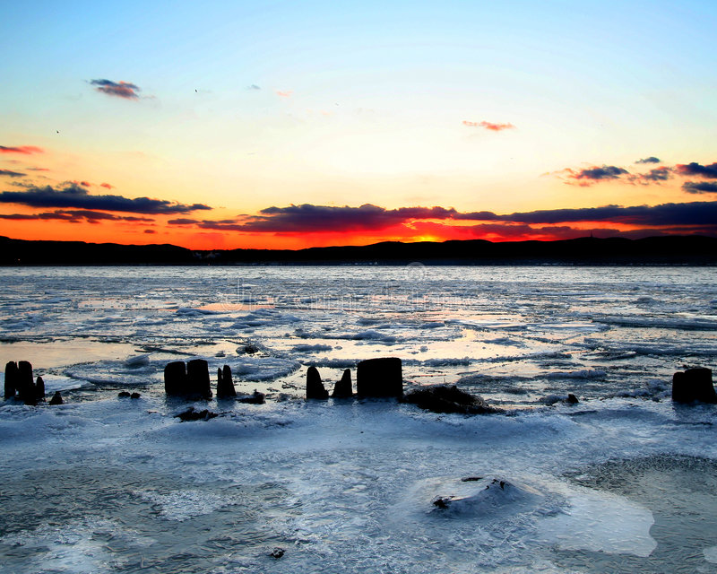 Eisiger Sonnenuntergang auf Hudson-Fluss lizenzfreie stockfotografie