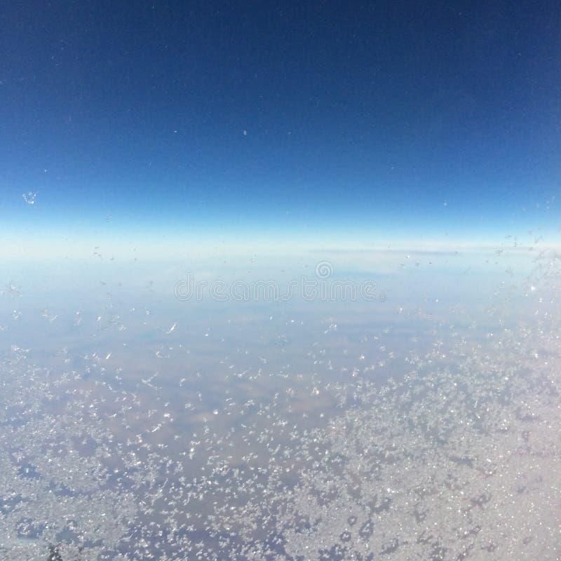 Eisiges Fenster auf Flugzeugfliegen von Newark nach Calgary lizenzfreies stockbild