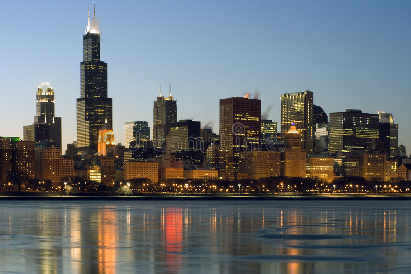 Eisiges im Stadtzentrum gelegenes Chicago lizenzfreie stockfotos