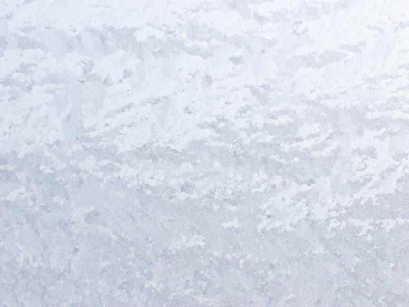 Eisiges natürliches Muster auf Winterfenster stockbilder