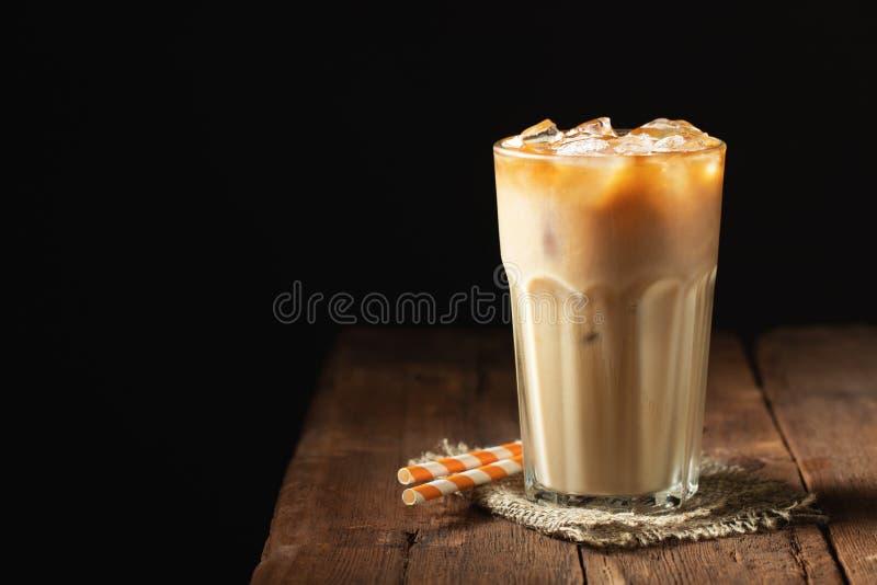Eiskaffee in einem hohen Glas lief mit Sahne vorbei und Kaffee bea aus lizenzfreie stockfotos