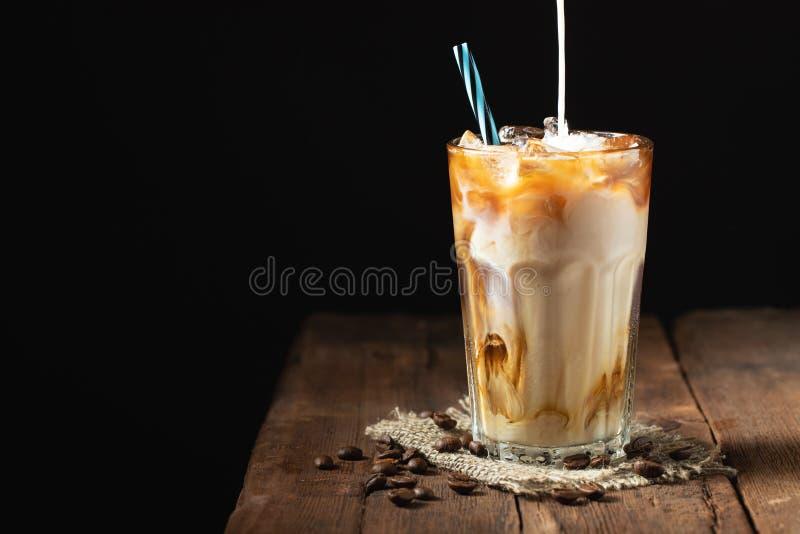 Eiskaffee in einem hohen Glas lief mit Sahne vorbei und Kaffee bea aus lizenzfreies stockbild