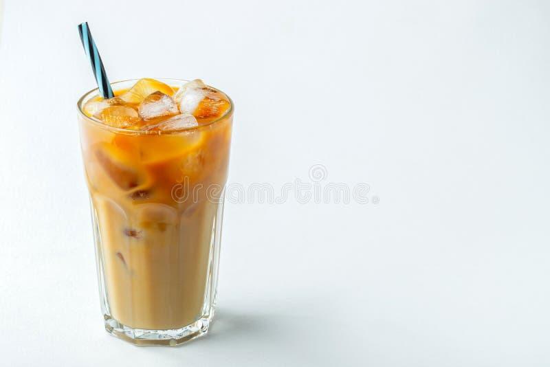 Eiskaffee in einem hohen Glas lief mit Sahne vorbei und Kaffeebohnen aus Kaltes Sommergetr?nk auf einem hellen Hintergrund Mit Ko stockfotografie