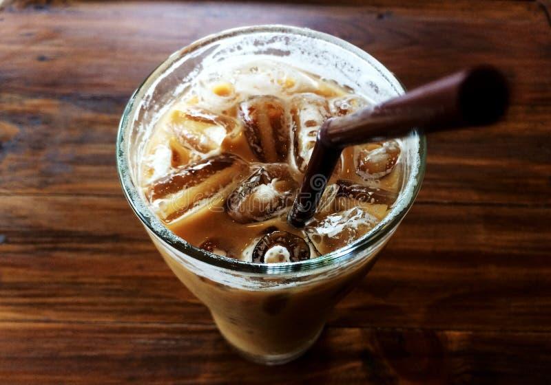 Eiskaffee im Glas- und braunen Rohr stockfoto