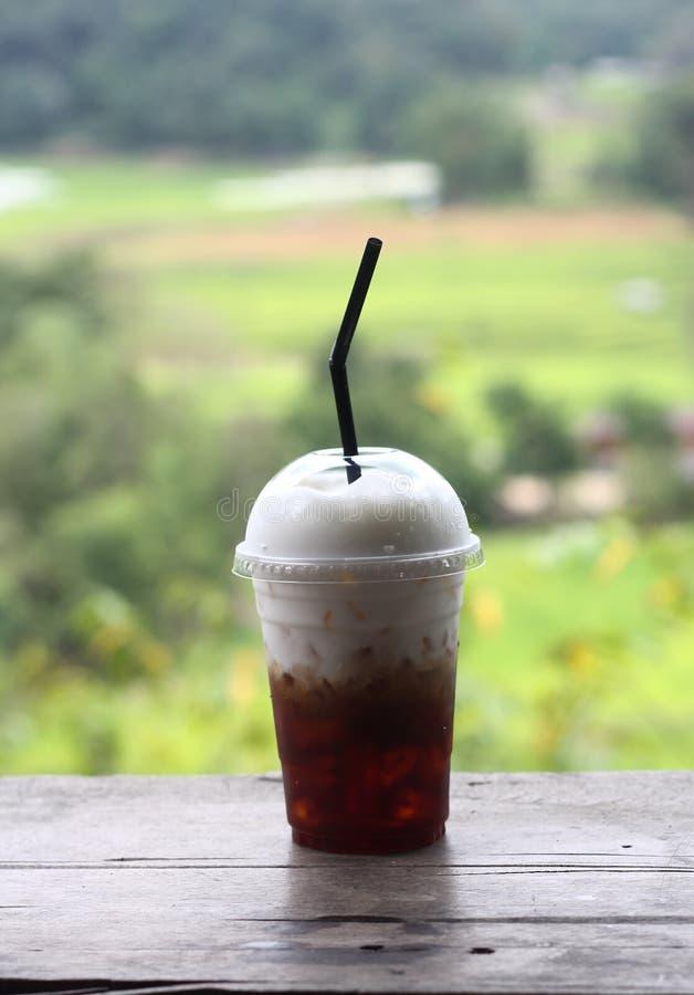Eiskaffee und Schlagsahne auf die Oberseite stockfotografie
