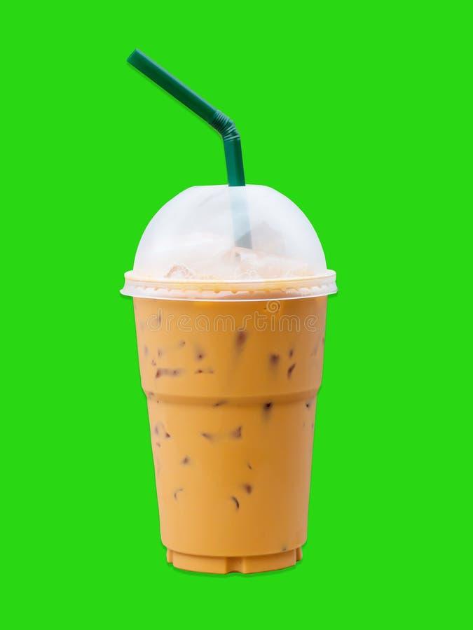 Eiskaffeeglas auf grünem Hintergrund stockbilder