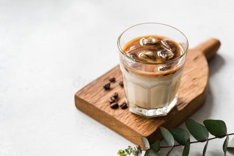 Eiskalter Kaffee im Glas stockfotografie