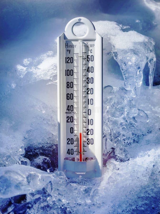 Eiskalter Thermometer im Eis und im Schnee stockfotos