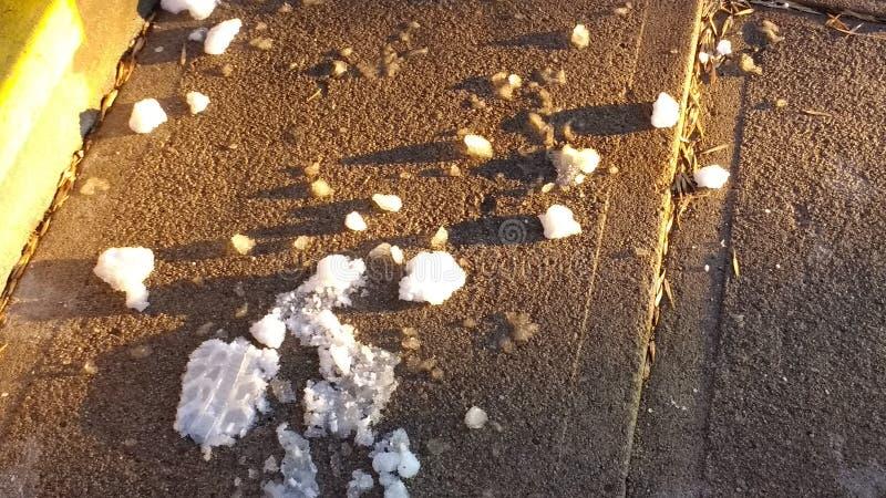 Eisklumpen auf dem Bürgersteig lizenzfreie stockbilder