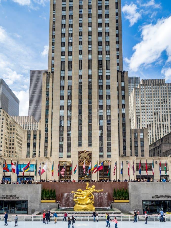 Eislauf in der Rockefeller-Mitte lizenzfreie stockbilder