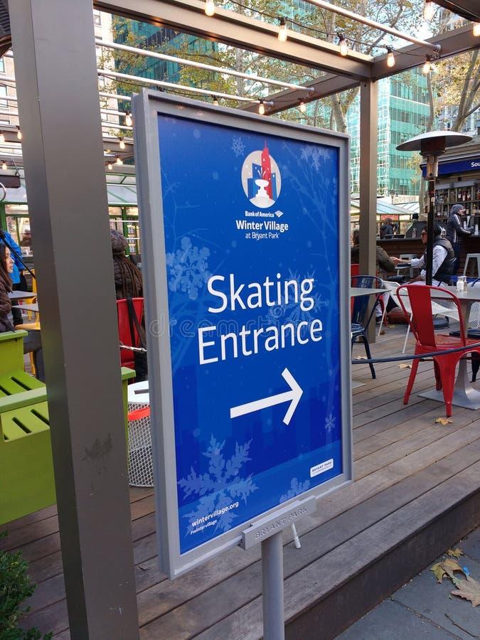 Eislauf-Eingangs-Zeichen, Winter-Dorf bei Bryant Park, NYC, USA stockfotos