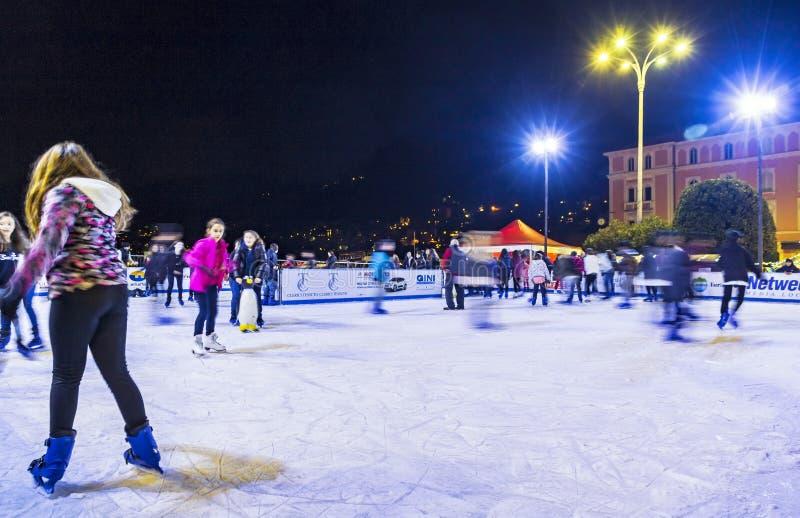 Eislaufeisbahn am Weihnachtsmarkt in Como, Italien lizenzfreie stockbilder