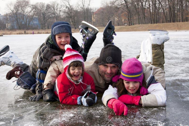 Eislaufenvater mit Kindern stockfotografie