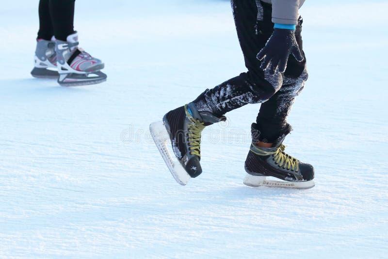 Eislaufleute des Fußes auf der Eisbahn lizenzfreies stockfoto