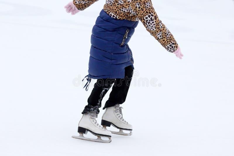 Eislaufmädchen auf der Eisbahn lizenzfreies stockbild