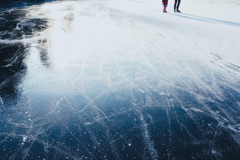 Eismuster und -zeilen Eisoberflächenbeschaffenheit mit Schlittschuhläufern stockbild