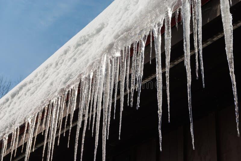 Eisräder auf dem Dach im warmen Winter stockfotos