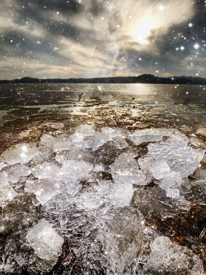 Eisschmelze in der Bucht Eisschilder, die auf die Wasserpools schwimmen stockbild