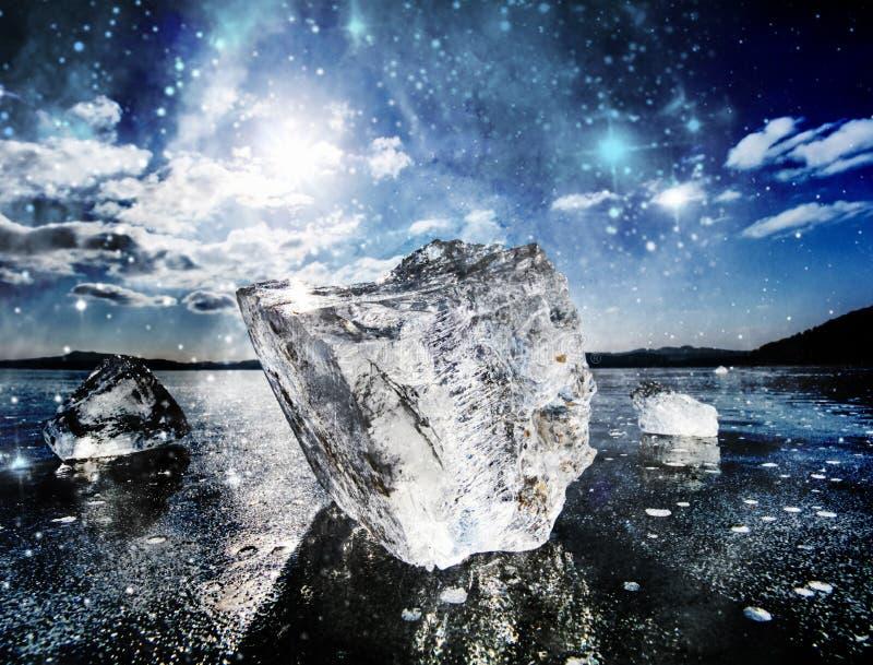 Eisschmelze in der Bucht Eisschilder, die auf die Wasserpools schwimmen stockfoto