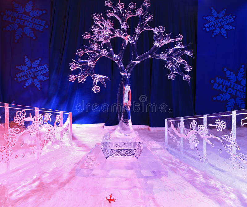 Eisskulptur des japanischen cerise Baums, belichtet nachts im Bündnis-Park lizenzfreies stockbild