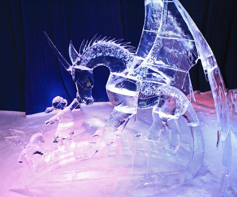 Eisskulptur des Kindes und des Drachen, belichtet nachts im Bündnis-Park lizenzfreie stockbilder