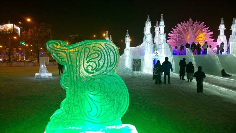 Eisskulptur eines kyrillischen Buchstaben an Winter Fest lizenzfreie stockfotografie