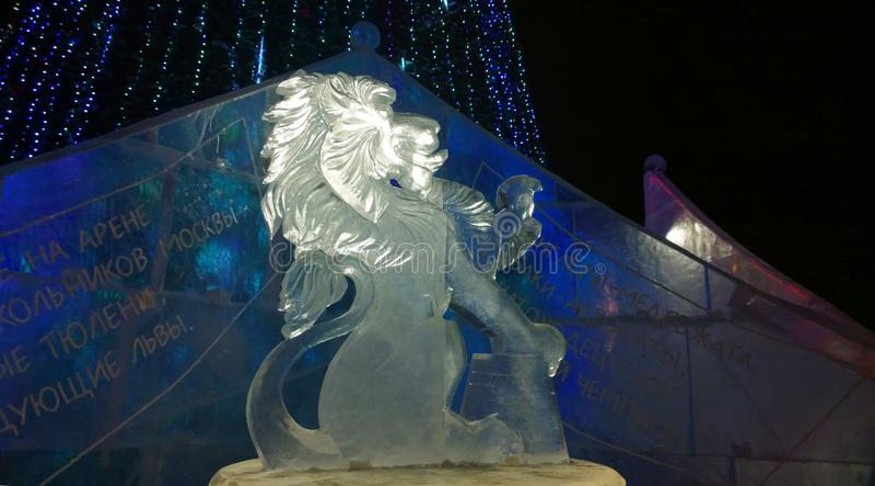 Eisskulptur eines Löwes stockbild