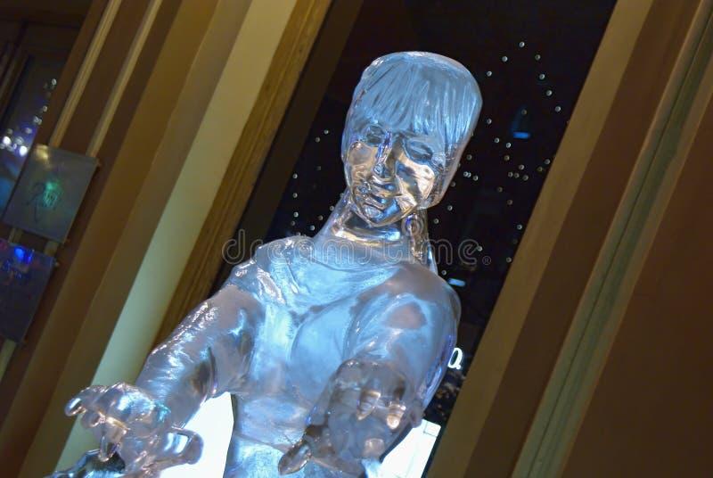 Eisskulptur eines Mädchens gegen Shopwindow herein draußen stockfoto