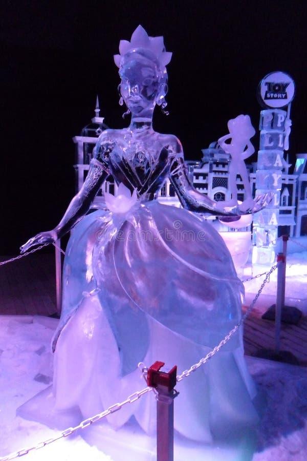 Eisskulptur von Disney& x27; s die Prinzessin und die Froschkarikatur stockfotos