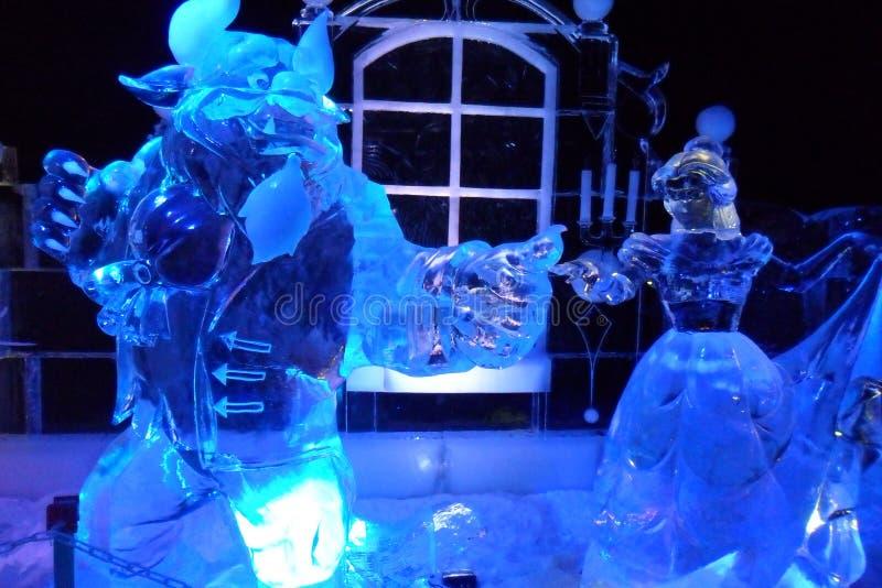 Eisskulptur von Disney& x27; s-Schönheit und die Tierkarikatur lizenzfreies stockfoto