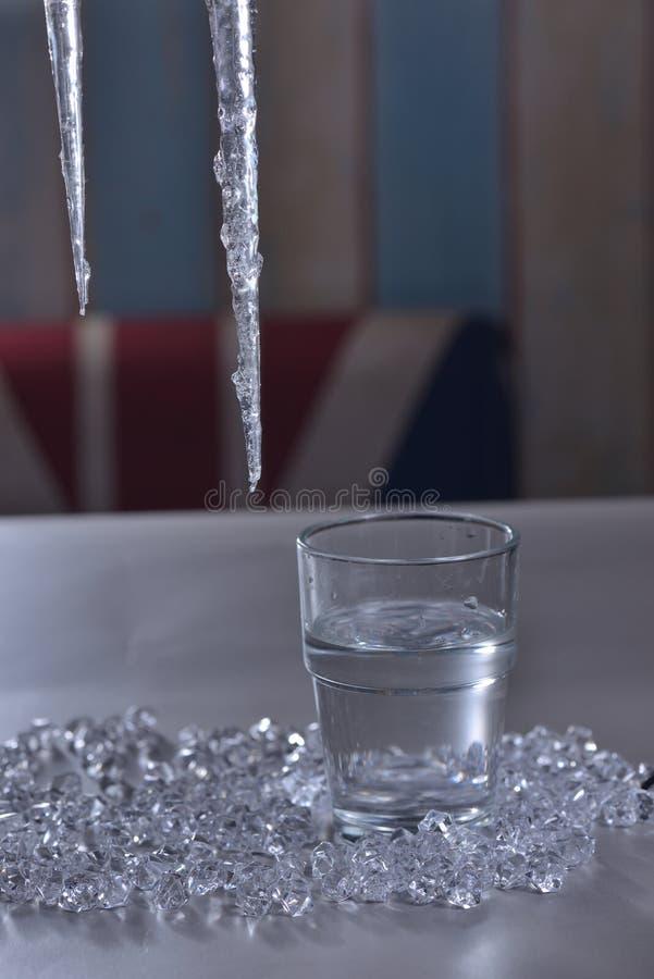 Eisstangen-Eiswürfelwasser lizenzfreies stockbild