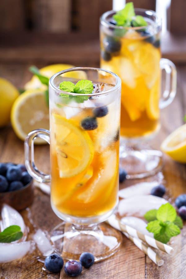 Eistee mit Blaubeeren und Zitronenscheiben stockfotos