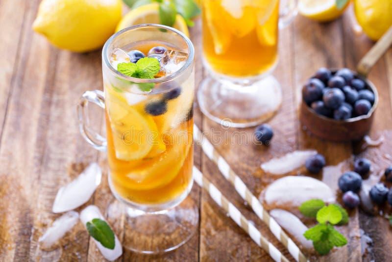 Eistee mit Blaubeeren und Zitronenscheiben lizenzfreies stockfoto