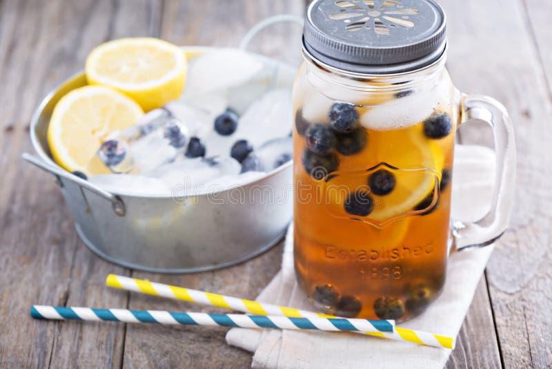 Eistee mit Zitrone und Blaubeeren lizenzfreies stockbild