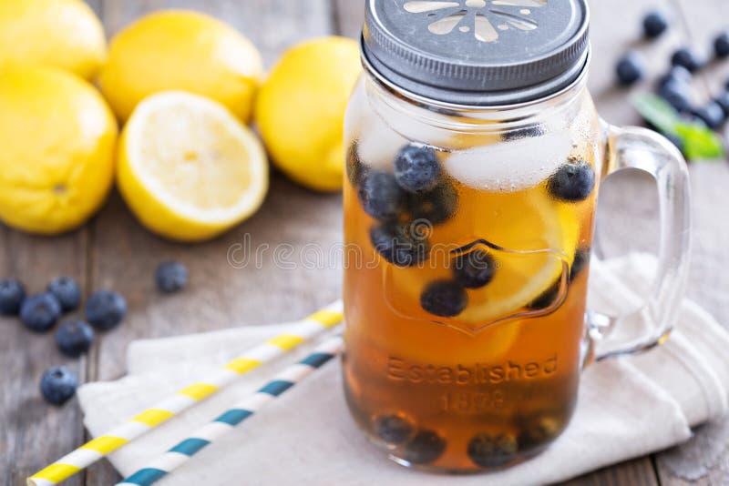 Eistee mit Zitrone und Blaubeeren lizenzfreie stockfotografie