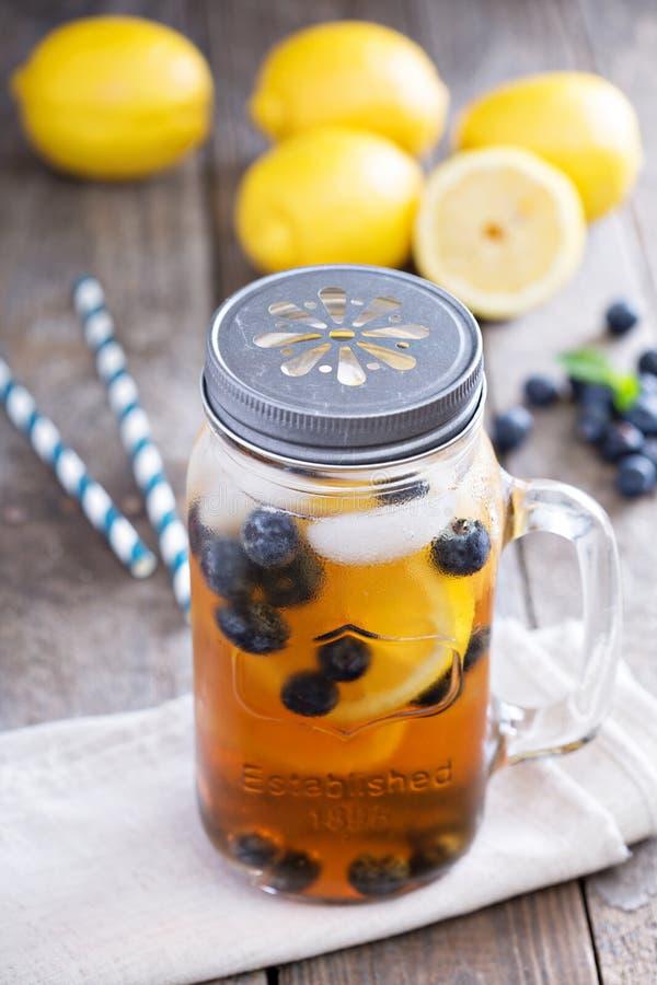 Eistee mit Zitrone und Blaubeeren stockfoto