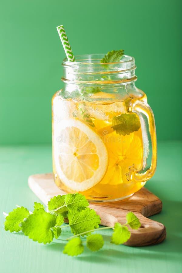 Eistee mit Zitrone und Melisse im Weckglas stockbild