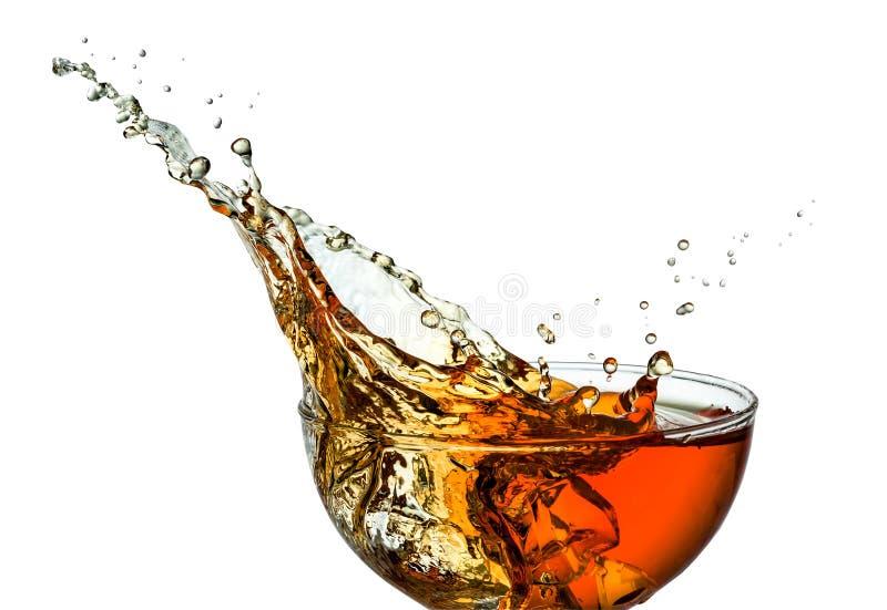 Eistee. Spritzen im Glas. Beschneidungspfad stockfoto