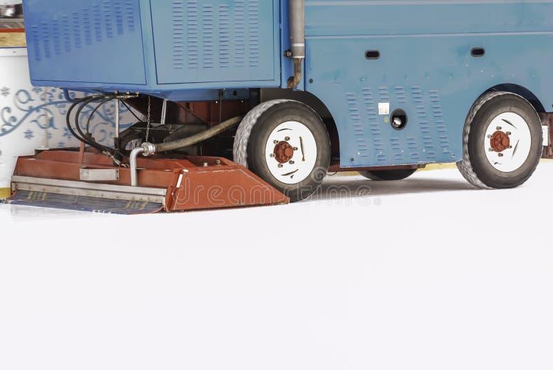Eisvorbereitung an der Eisbahn zwischen Sitzungen in draußen glätten/polierte das Eis, das zum Match EIS-WARTUNGS-MASCHINEN-Absch lizenzfreies stockfoto