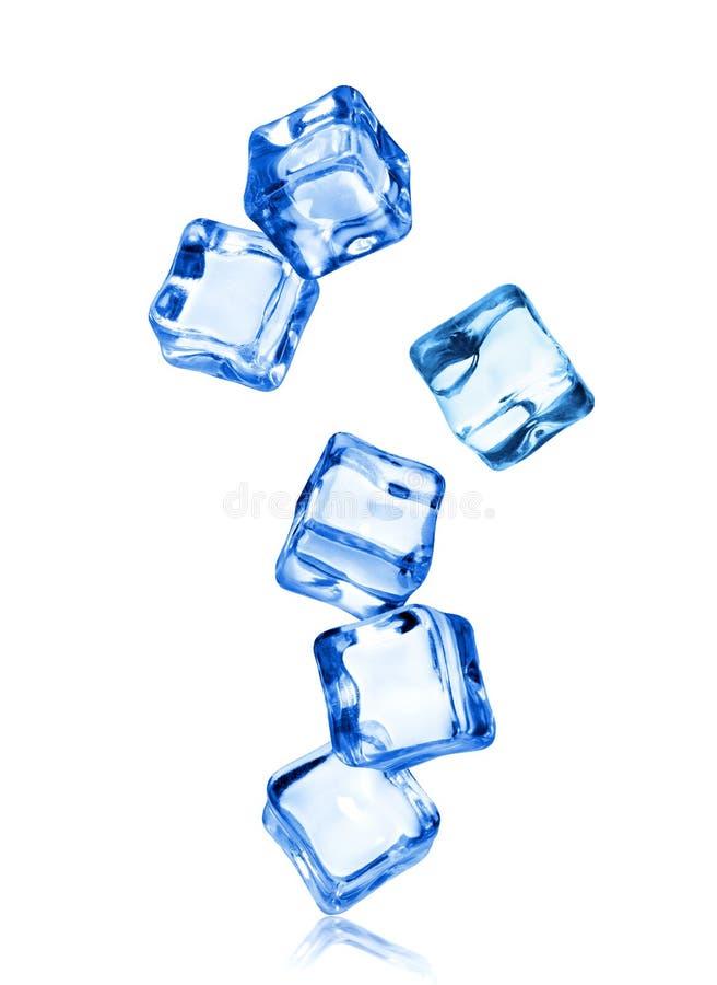 Eiswürfel in der dynamischen Bewegung eingefroren in der Luft, lokalisiert auf Weiß lizenzfreies stockfoto