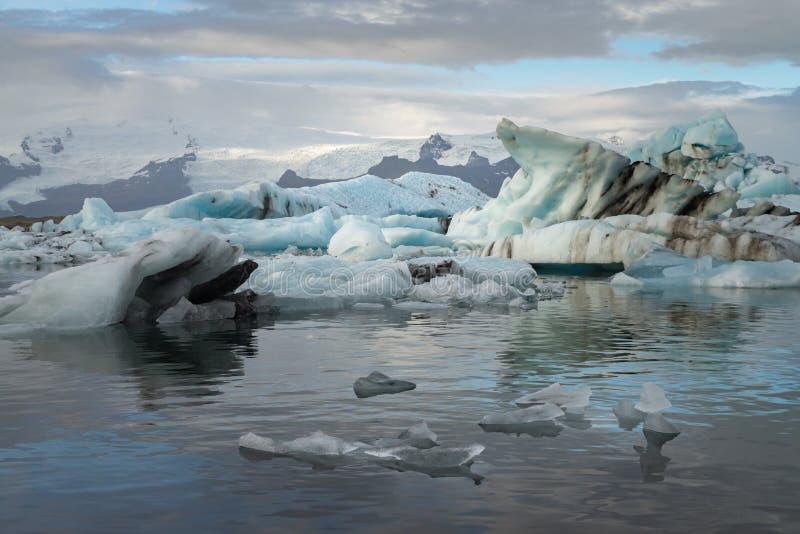 Eiswürfel an der Jokulsarlon-Gletscher-Lagune mit Schneeberg stockbilder